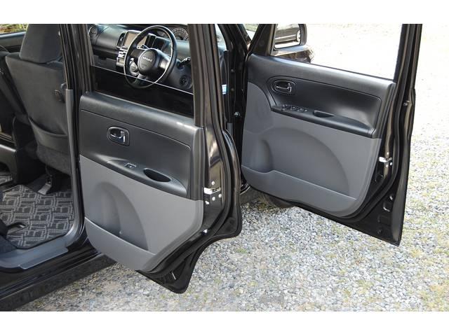 ■ 右側のドアは、従来の車より ドアが開く角度より大きく開きます(ここまで開くと、少し感動します(笑) 勿論、実用性も上がっています!! 左側は、豪華専用装備『電動パワースライドド』 搭載車両です!!