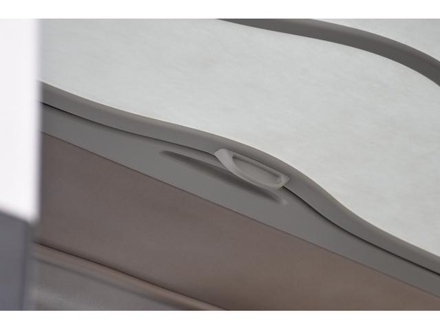 ■ 【ガラスルーフ(天井スライドルーフを3段階に変更可!)】 【SHOJIシェード(直射日光を拡散するサンルーフ!)】 【LED室内ライト(非常に明るい!)】 【スライド式室内バイザー(便利機能!)】