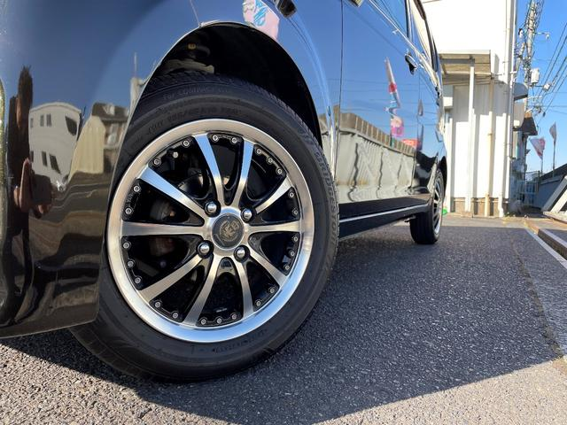 タイヤの溝も十分残っているので、すぐに交換の必要はありません。タイヤはブリジストンタイヤになります!アルミホイールに多少の傷等ございます。