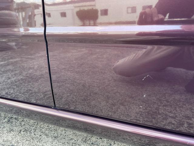 運転席ドアに小傷がございます。
