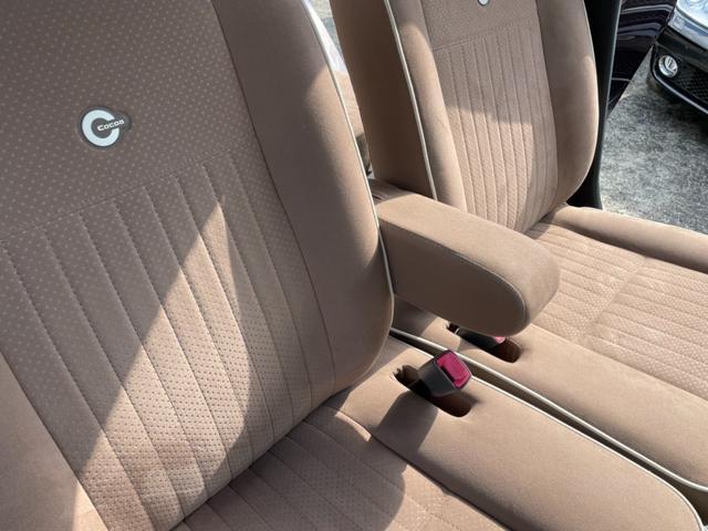 アームレスト装備ですのでドライブ中に疲れを和らげます。目立ったへたり等はございません!是非現車を見に来てください!