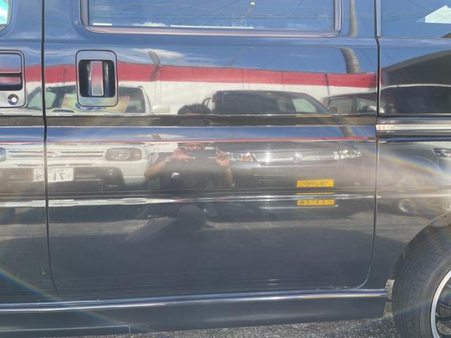 ボディカラーがブラックですので薄い線傷等ございます。