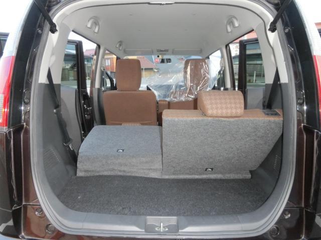 後部座席や助手席を倒せば思っている以上に荷物も積むことができます。