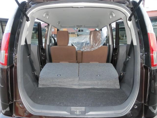 後部座席を倒すとフラットになり、大きな荷物も運べるので便利です。