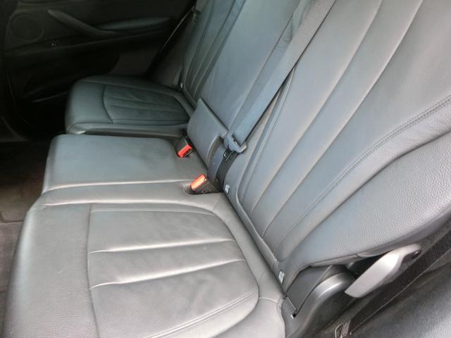 セカンドシートの足元には充分なスペースを確保出来ています。