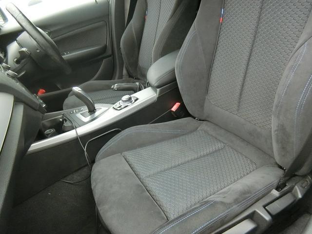 助手席前にDVD再生可能モニターを付けており、運転をされない同乗者様もしっかりと楽しめます!