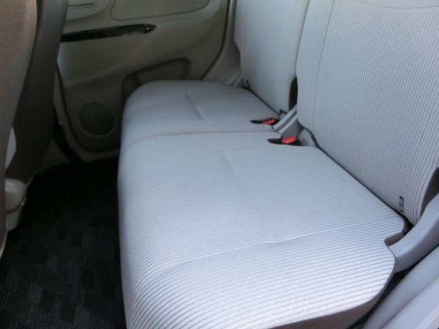 後部座席足元にしっかりとスペースがございます!最近の軽自動車は非常に広いです!