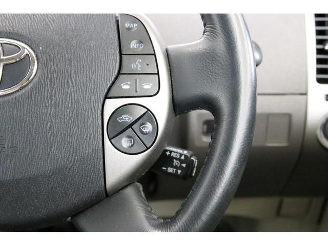 純正HDDナビまで装備されております。エアコン、ナビ、燃費などの車輌情報も画面に表示されるマルチモニターです。モニターの下にはCD・DVD、MDの挿入口があります。CD・DVDは6連奏チェンジャーです