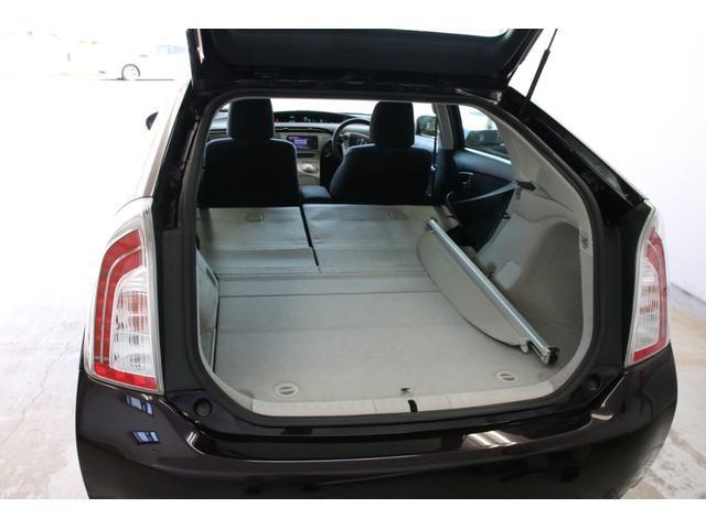 リアシートを倒せば更にラゲッジスペースが広がります。燃費がいいだけでなく実用性も高いですね。
