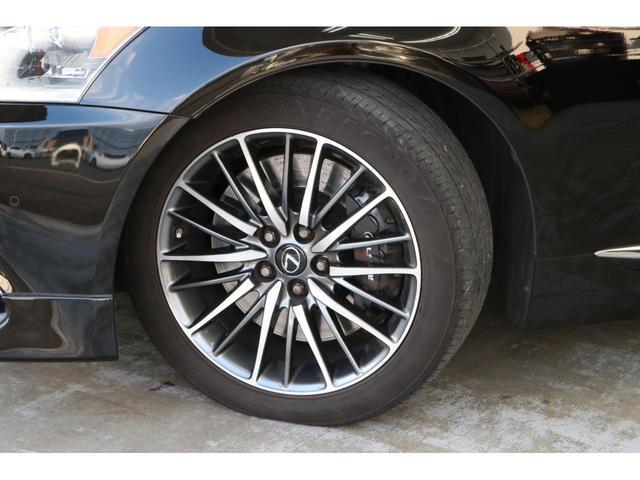 シートカラーはブラックで、Fスポーツ専用の本アルミオーナメントパネルで高級感とスタイリッシュさを兼ね備えた内装です。