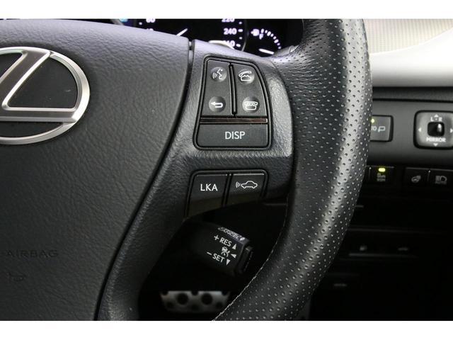 ズラリと並んだモニターと操作系。レクサス車は内装デザインもとても良いですね。中でもこのLSのインパネは大変人気です。マークレビンソンサウンドシステムもオプション装備していますので音も最高級です。