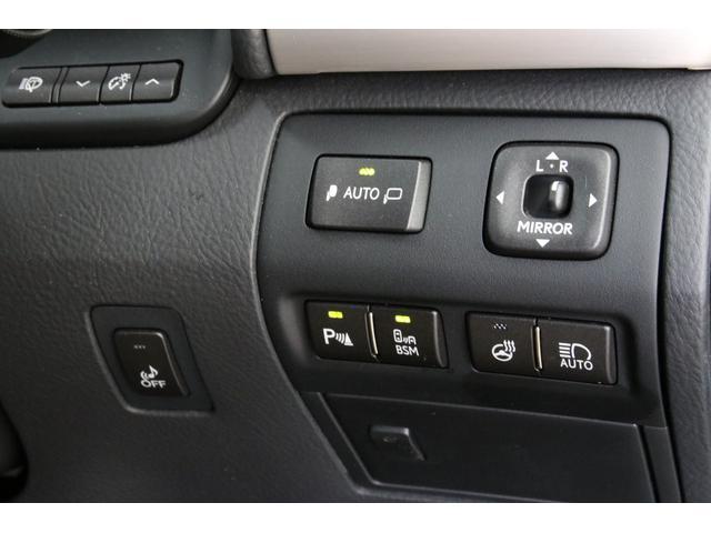 各安全機能の操作スイッチにステアリングヒーター、ヘッドライトウォッシャーや電動格納ドアミラーのスイッチなど