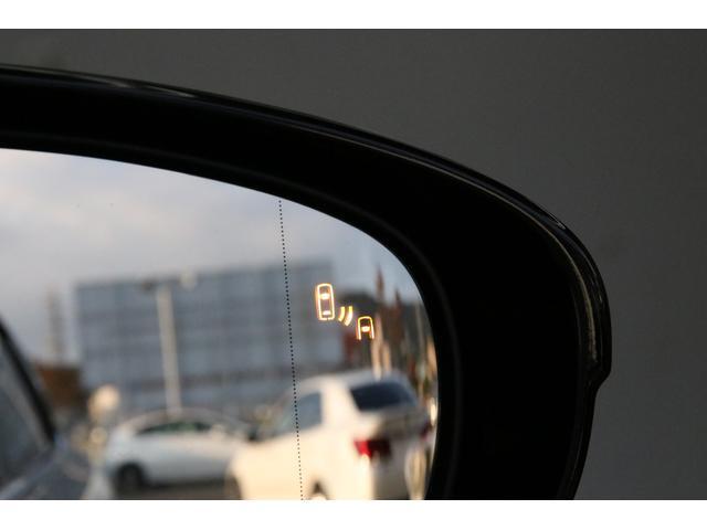 斜め後方の死角に車がいるとドアミラー内で知らせてくれるブラインドスポットモニター(BSM)。プリクラッシュやナイトビューなどと合わせてこれ以上ないと言ってもいいほどの安全性にこだわったLSです。