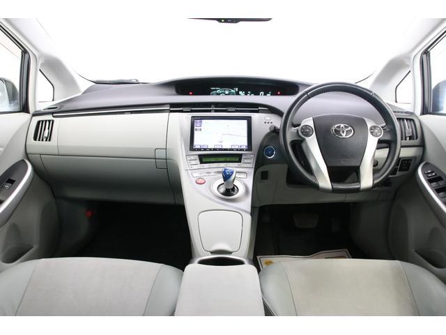 内装色はアクアですので車内が明るく清潔感がありますね。ハーフレザーシートを採用する上品な雰囲気の内装です。嫌な匂いもありませんよ。