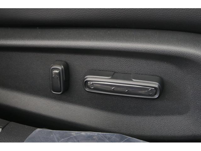 運転席は8ウェイ、助手席は6ウェイのパワーシートですので、無段階にポジション調整が可能です。