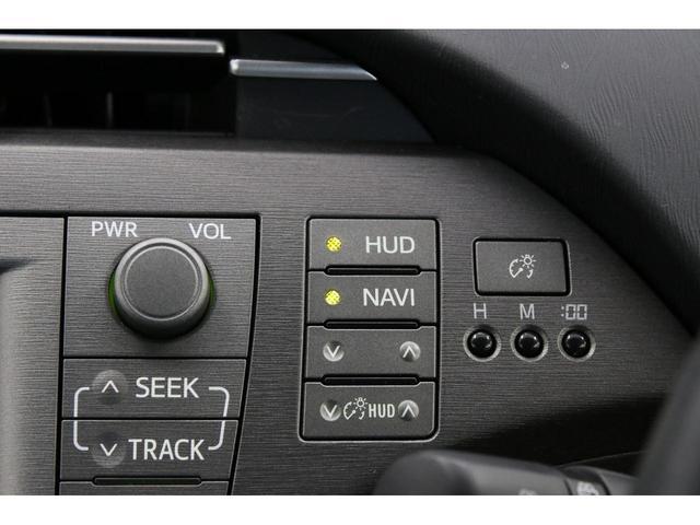 ヘッドアップディスプレイも装備されております。速度や瞬間燃費グラフだけでなく、カーナビ使用時には案内まで表示してくれる優れものです。とても便利です!