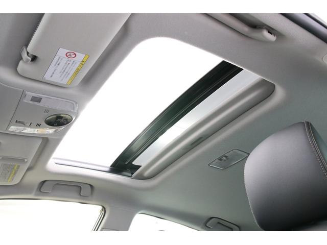 サンルーフを開けると車内が開放的な雰囲気になりますね。見た目もカッコイイです。無くても損はしませんが、オープンにした者だけが感じられる空気を味わうとちょっと嬉しくなりますね。あの開放感……お薦めです。