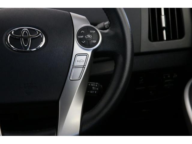 そこら辺のプリウスでは見慣れないスイッチが先進安全装備付き車の証。車からWiFiを飛ばすようなアイコンのスイッチで前方の車との車間距離設定をします。自動で変わる速度の快適さと言ったら……お薦めです。