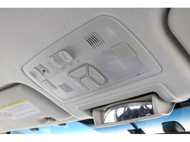 両側電動スライドドアは天井のスイッチからでも操作可能です。