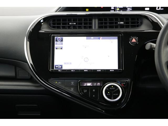 トヨタ純正の9インチフルセグSDナビ付きのインパネです。エアコンはもちろんオートエアコンです。シンプルながら使いやすいインパネに仕上がっていますね。