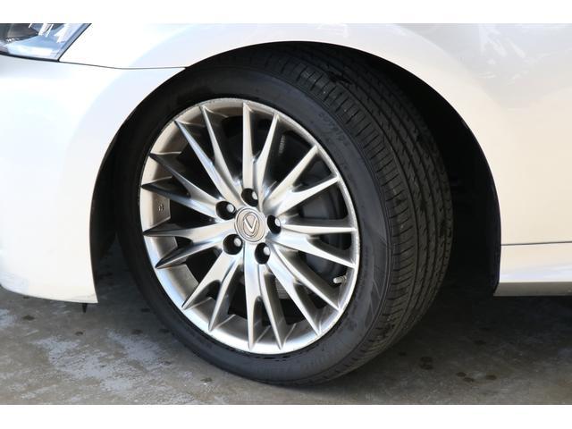 VersionL専用18インチアルミホイールは高級車にふさわしいデザインです。タイヤの溝もまだまだ残っていますので当分交換の必要はないですね。