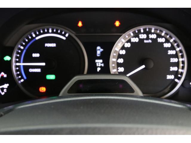 他のグレードではオプション装着さえ出来ない先進安全装備のドライバーカメラ。衝突の危険を検知した際にドライバーが前を見ていなかったり、目を閉じ続けているなどを感知して更に早く警報ブレーキを作動させます。