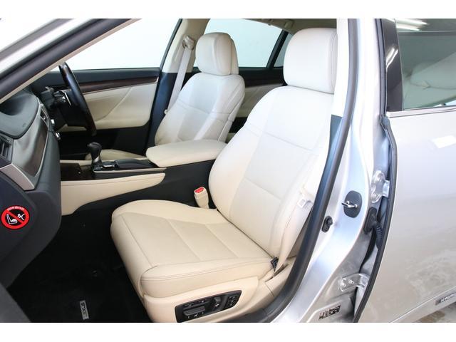 18Wayとかなり細かく調整できるパワーシート。助手席には電動オットマンもありますので快適ですね。