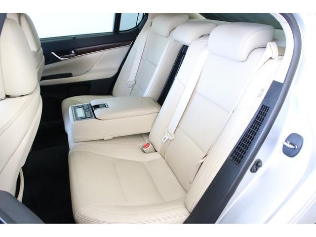 後席もゆったり座れるシートヒーター付き快適シートです。このクラスの車になるとやっぱり後席も素晴らしい作り込みですね。