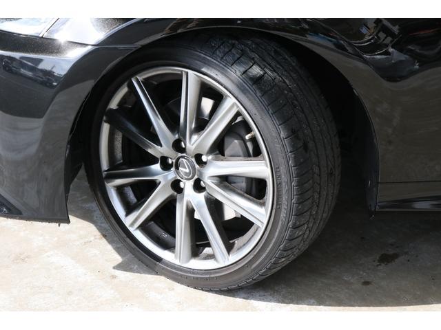 純正の19インチアルミホイールの状態もキレイです。タイヤはまだ溝もあるブリジストンのポテンザです。GSが履いているタイヤがわけのわからないメーカー製だと「あっ…」ってなりますもんね。