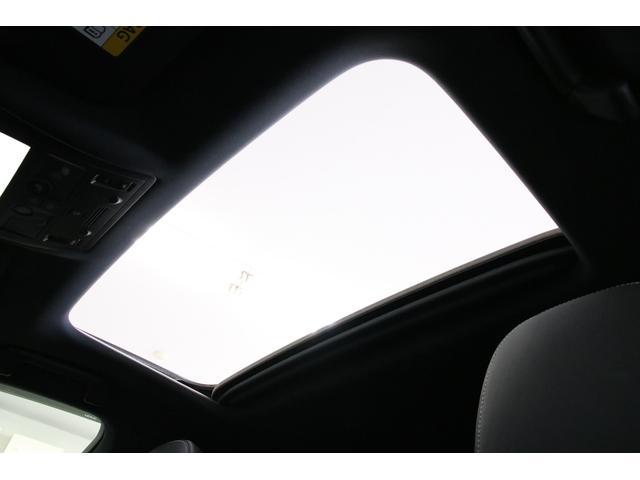 サンルーフもありますので明るく開放的な車内に早変わりです。セダンでは車種問わずに人気の装備ですね。スライドオープンだけでなく、チルトアップもします。