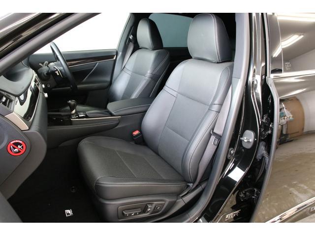 ご存知とは思いますがシートはFスポーツ専用品です。革の素材もしっかりとしており、現車状態も大変キレイです。運転席のヘタリも感じられず素晴らしい1台!