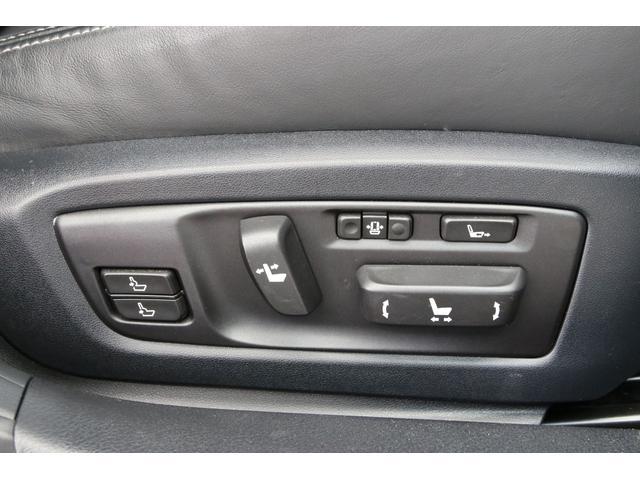 サイドサポートの幅まで調整できる素晴らしいシートです。ランバーサポートの位置も2つ調整できます。シートの前後長も変更できます。スゴイですこのシート。