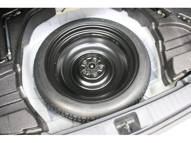 メーカーオプションのスペアタイヤも装備しています。有効期限があって1回しか使えないパンク修理剤よりスペアタイヤのほうが安心感がありますよ。