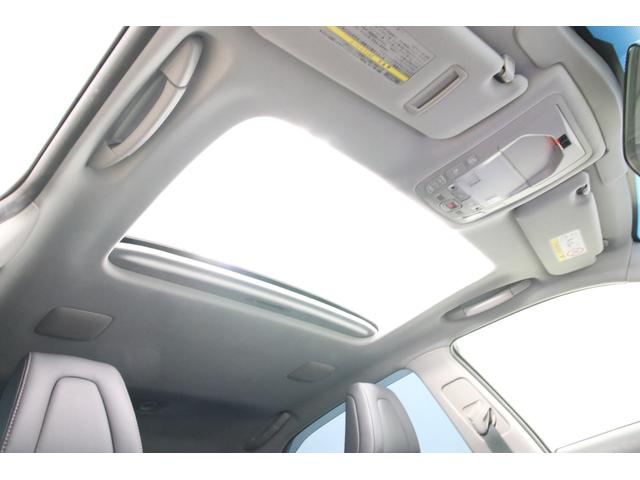 メーカーオプション価格108,000円の電動サンルーフは電動チルト&スライドオープンします。プレミアムサウンドシステム装着車には天井にまでスピーカーが付いていますよ。