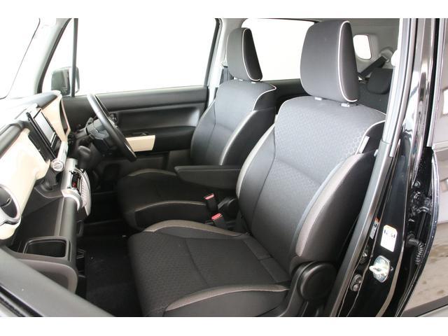 アームレストがあり快適に座れるキレイなシートです。ウォークスルーですので後席にもアクセスしやすいですよ。