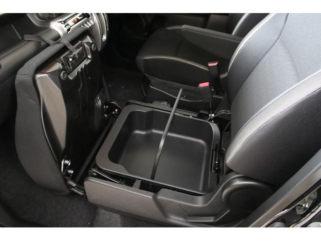 助手席シート下にはアンダーボックスなるものがありますので履き替え用の靴やちょっとした小物なども収納できます。