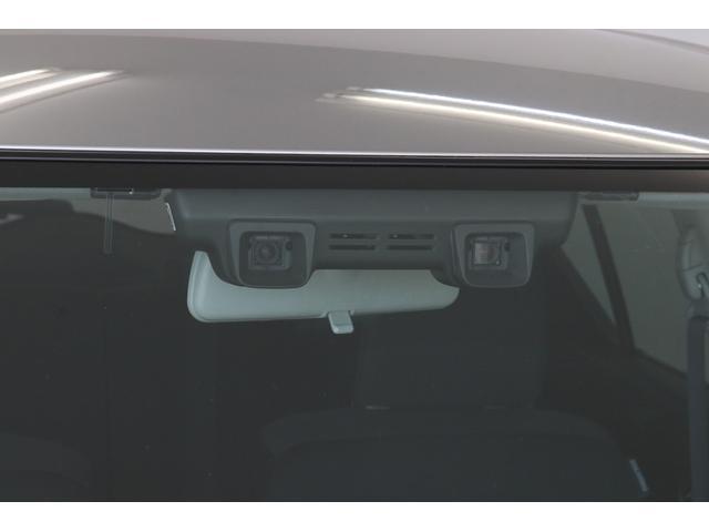 フロントガラス上部のデュアルカメラで前方を監視。被害軽減ブレーキの他、車線逸脱警報、誤発進抑制機能もあります。