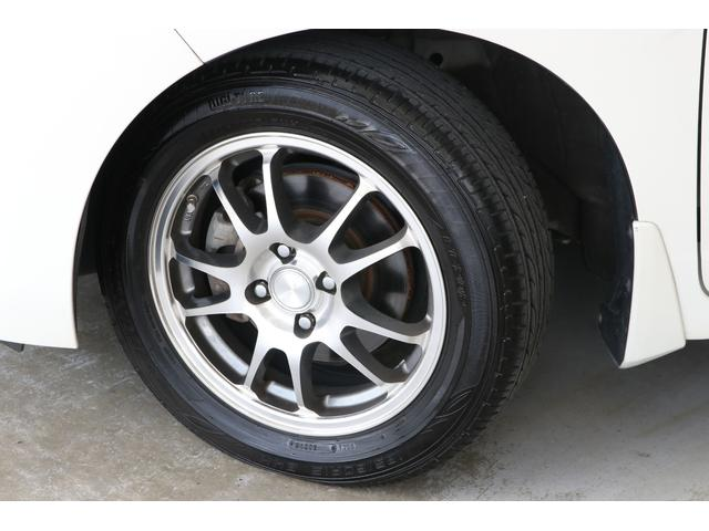 社外の15インチアルミに変わっていますので印象が変わりますね。純正は鉄チンにホイールキャップの組み合わせです。タイヤもダンロップ製のバリ山がついていますので当分交換の必要はなさそうです。