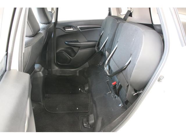 ご覧のようにリアシートの座面を跳ね上げればラゲッジだけでなくここにも荷物を積みやすくなります。便利ですよ。