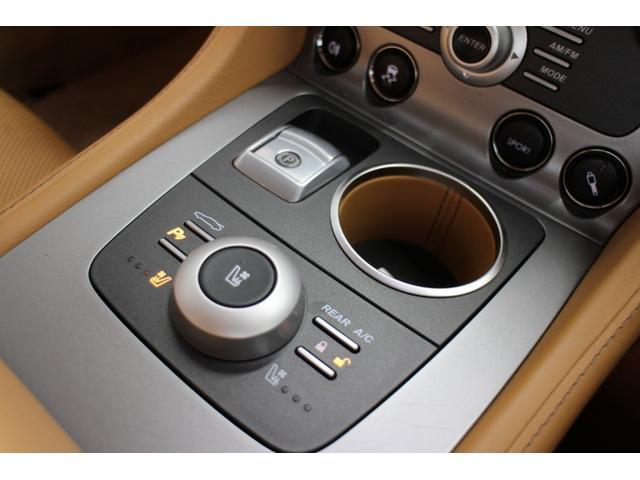 エレクトロニックパークブレーキ(EPB)スイッチ。内部が革製のドリンクホルダーさらに手前には、左右シートヒーター/クーラーコントロールと、リアゲートオープンスイッチ、パークアシストスイッチ。