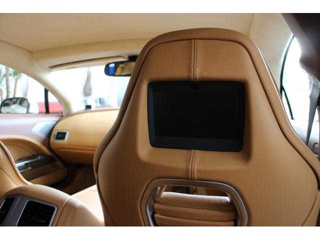 リアエンターテイメントシステム☆フロントシートの背もたれにはリア用のスクリーンが個別に内蔵されワイヤレスヘッドフォンとリモートコントロールでDVDプレーヤーから好みのメディアを視聴することが出来ます♪