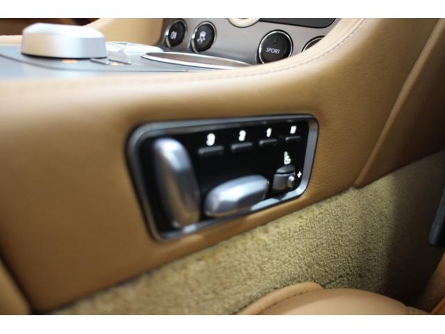 シートポジション変更スイッチは座席脇ではなく、センタートンネル脇に設置されており。助手席も同様で、運転席から助手席のポジションを変更が可能となります。