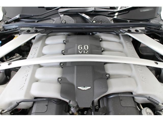ラピードの心臓部は、6リッターV型12気筒のオールアルミ自社製ユニットが搭載されている。このエンジンは477馬力、61.2kgm(600Nm)の性能を発揮。