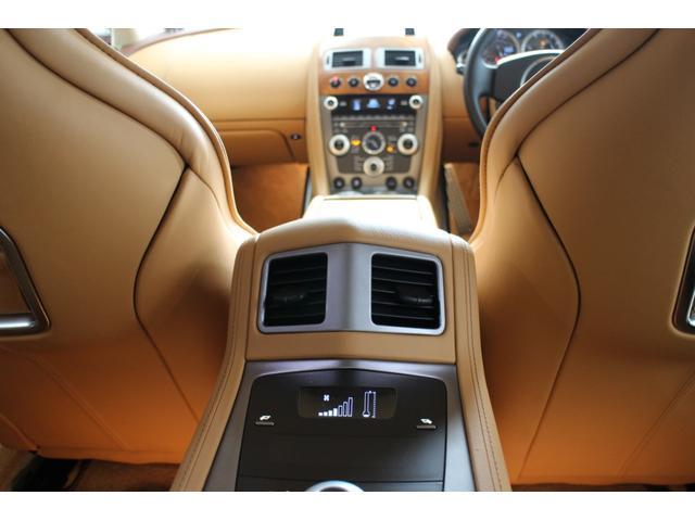 フロントシート同様シートヒーターが備わるリアシート。シートの横(外側)にあるスイッチを押すと背面の上半分を前に倒すことができる。写真をクリックすると背面が倒れた状態が見られます。
