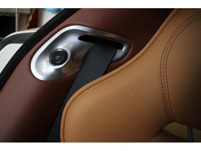 リアシート周りのデザインも秀逸です。背もたれはボタン操作で倒れてくれますので、大きな荷物を積むこともできるのが大きなポイントです。
