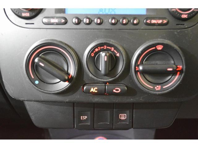 細かな温度管理が可能なダイヤル式マニュアルエアコン。