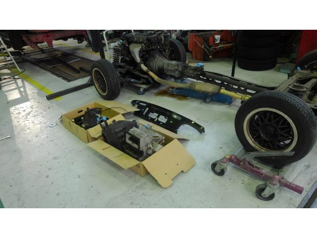 シャーシとエンジンは、一体でボデーから取り外しました。