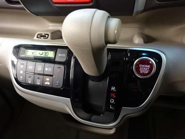 【シフトレバー&エアコン】オートマチックシフトレバーは手になじみ操作しやすい形状で安全運転にもつながります。またエアコンは、かんたん操作で快適な空調が可能なオートエアコンが付いています。
