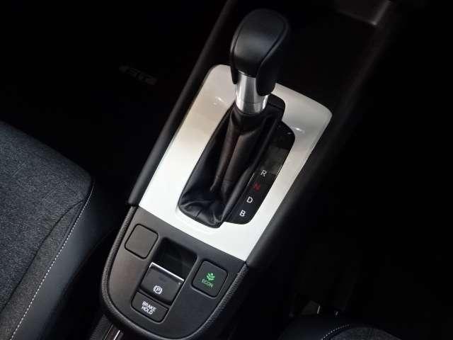 e:HEVホーム 当社デモカー ナビ リヤカメラ LED クルコン スマートキー アイドリングストップ 衝突被害軽減ブレーキ ワンオーナー LEDヘッドライト Rカメラ オートエアコン キーレス 地デジ CD ETC(9枚目)