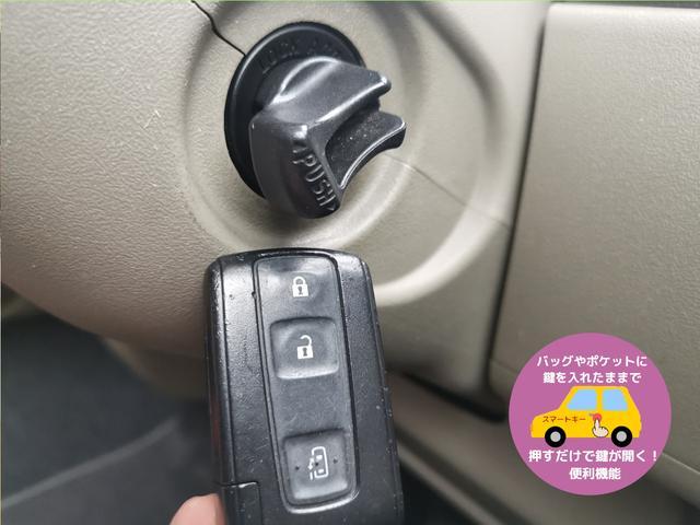 スマートキーのお車です☆ポケットに鍵を入れたままエンジン始動が出来るのでとても便利ですね☆ドアロックの開閉もボタン一つ♪